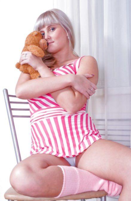 Симпатичная пышная девушка с пушистой киской показывает себя голышом