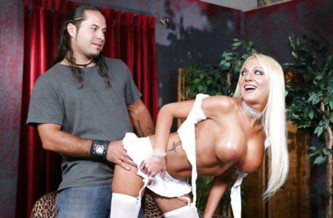 Привлекательные большие силиконовые дойки блонды возбудили волосатого