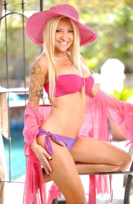 Классная блондинка с буферами показала свои прелести