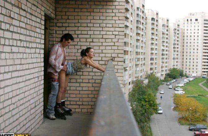Упитанный кобель трахнул в жопу на балконе новую подружку крепким хуем