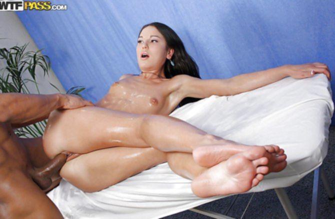 Страстный мужик выебал вместо массажа девушку на кушетке