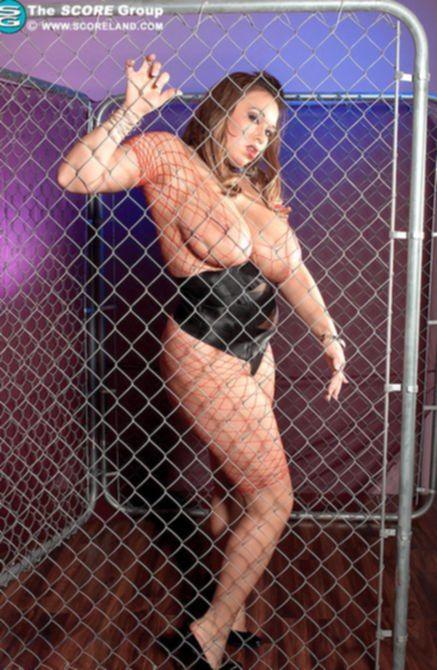 Толстая красотка выставляет свои огромные сиськи и наслаждается