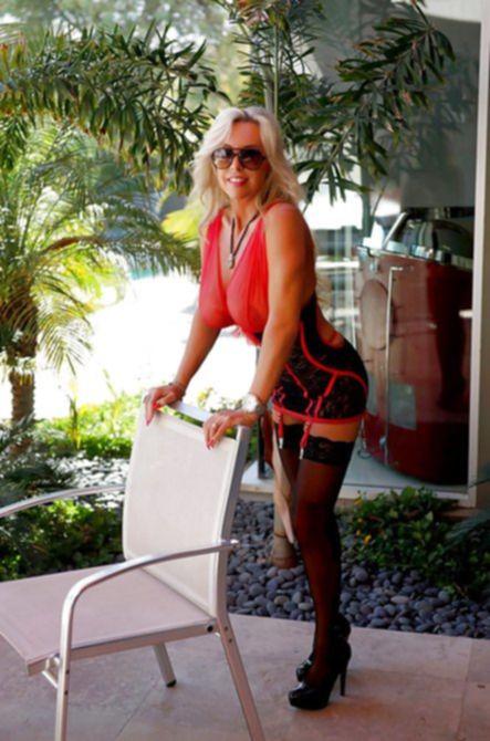 Распутная блондинка показала большущие титьки и узкие эротичные трусики, чтобы возбудить своим видом фотографа