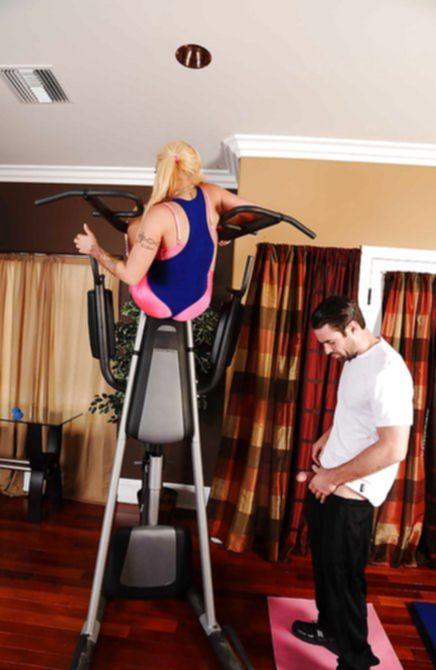 В спортзале отменно порет спортсменку большим членом