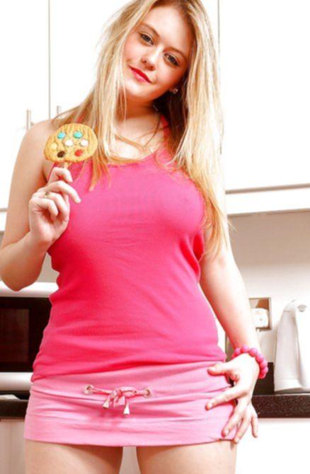 Блондинка горячая в трусиках на кухне демонстрирует свои груди и задницу