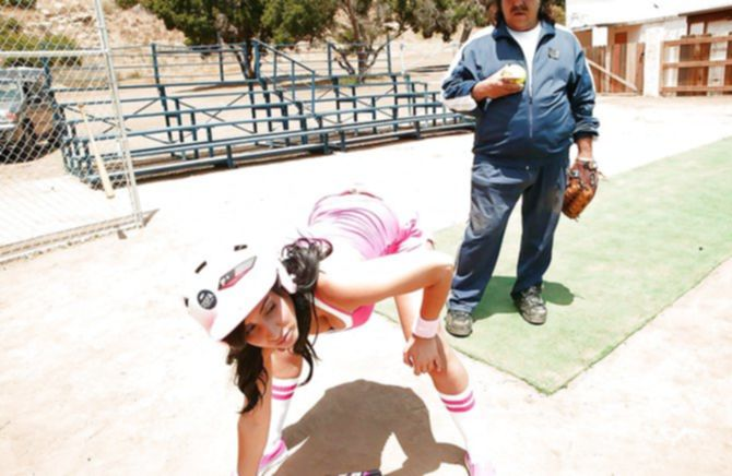 Плотный усатый тренер ебет спортсмену на бейсбольном поле