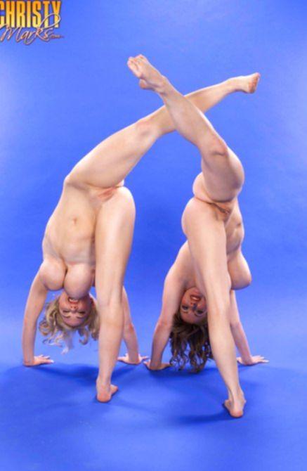 Грудастые гимнастки умеют трудиться в паре