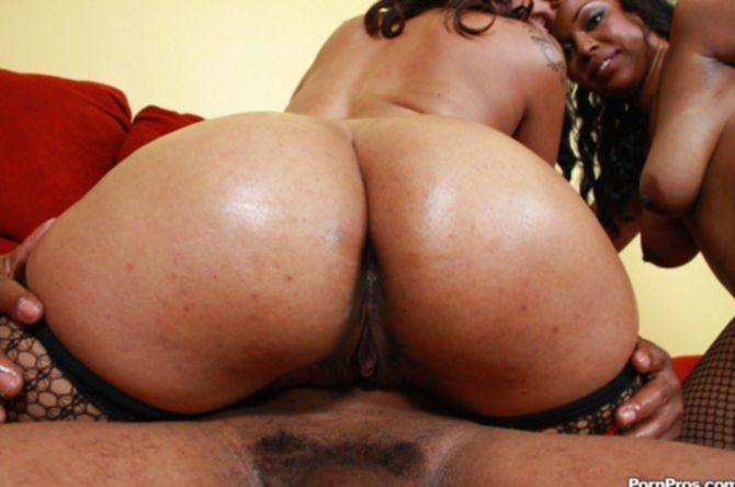 Упругий черный огромный хуй во влагалище двух девок входит по очереди