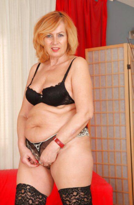 Толстая тетка сняла трусики и поласкала щель на камеру