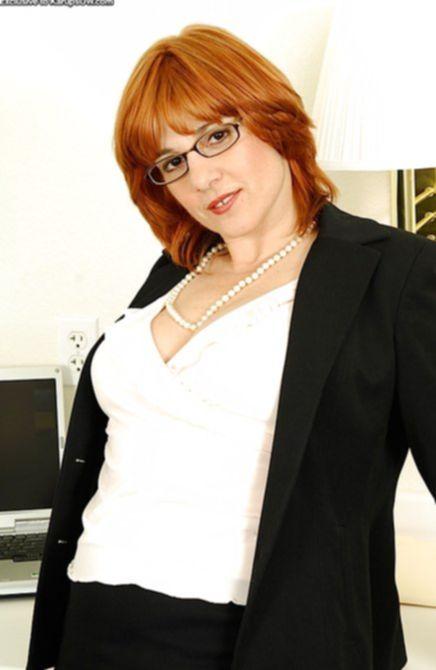 Приятная бухгалтерша обнажилась на работе и кончила
