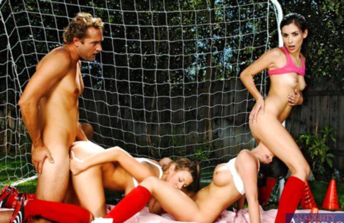Тонкие спортивные телки втроем оттрахали парня на поле