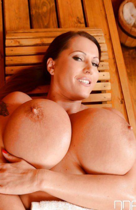 Голая дамочка в бане умеет развлекаться