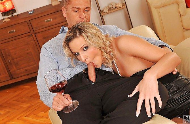 Приятная любовница пососала и дала в жопу трахнуть себя как следует