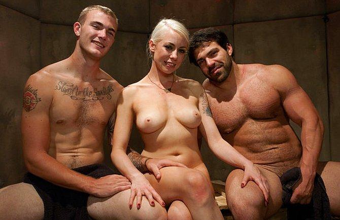 Неугомонная блондинка трахается при муже с любовником голышом
