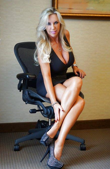 Взрослая и сочная женщина в платье без трусов показывает себя на работе