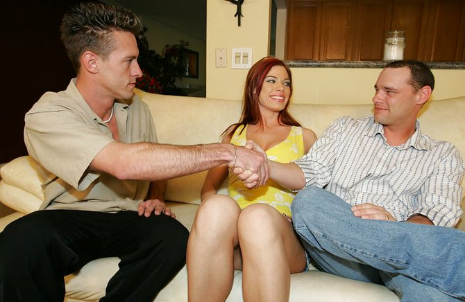 Сексуальный развратник поделился девкой с другом