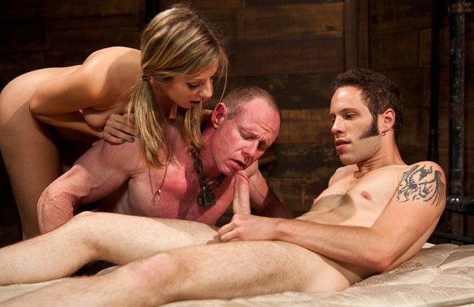 Разгоряченного самца заставляют сосать член парня