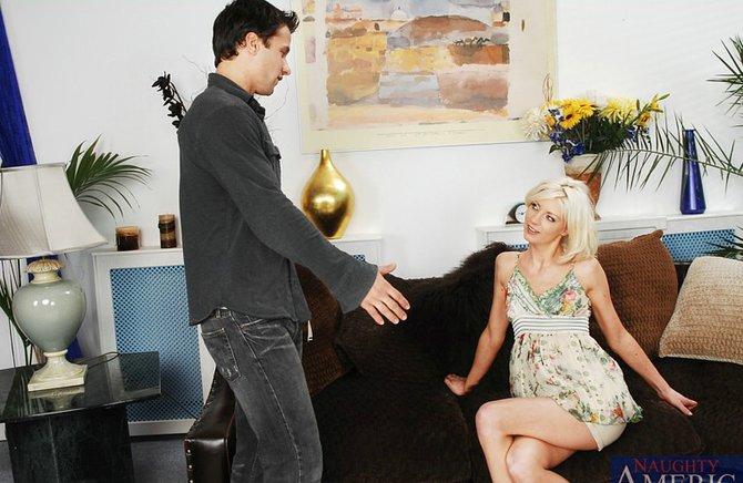 Блондинка застала самца с любовницей и присоединилась к порке