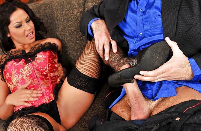 Девушка удовлетворяет любовника пока супруг на работе