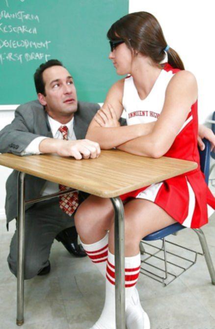 Учитель дал студентке отсосать свой член в кабинете