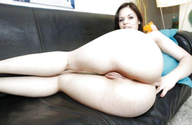 Отлично засадил симпатичной девушке огромный член кавалер на диване